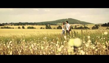 Česko – země jako z filmu: Nová reklama spojuje staré filmy a turismus