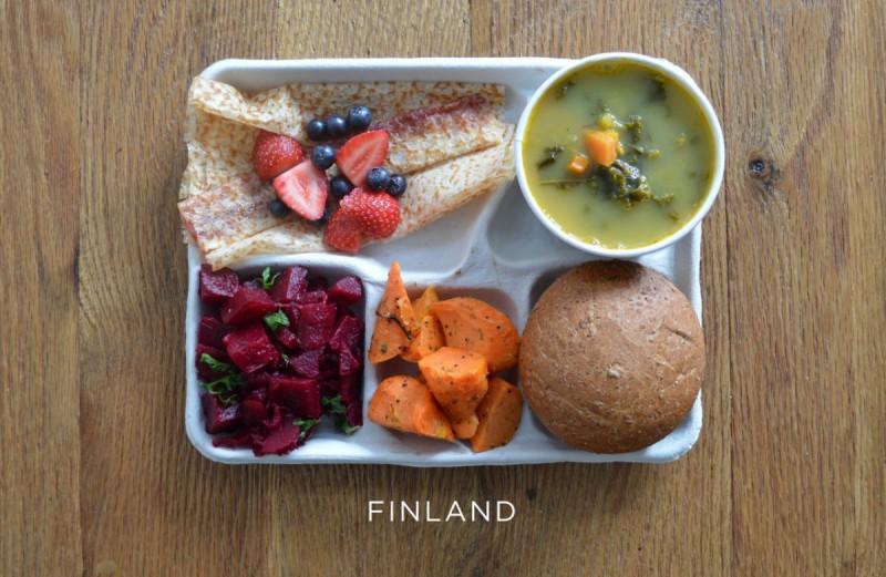 finsko_finland-pea-soup-beets-carrot-salad-bread-pannakkau-dessert-pancake-fresh-berries