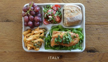 italie_italy-fish-on-arugula-pasta-with-tomato-sauce-caprese-salad-baguette-grapes