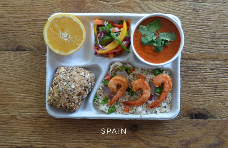 spanelsko_spain-sauted-shrimp-brown-rice-veggies-gazpacho-fresh-peppers-bread-orange