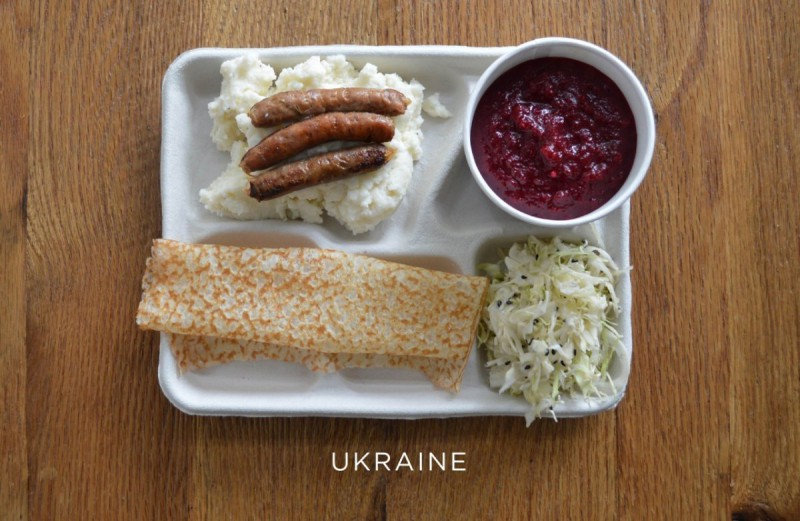 ukrajina_ukraine-mashed-potatoes-with-sausage-borscht-cabbage-syrniki-dessert-pancake